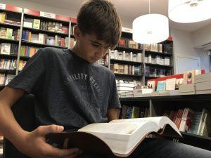 Pablo_Palma_leyendo_la_Biblia